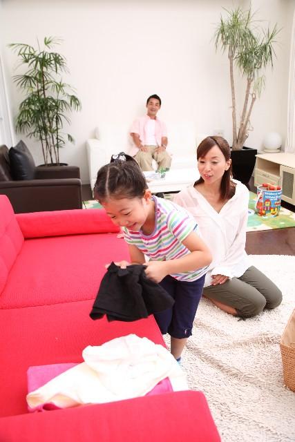 洗濯物を片づける親子