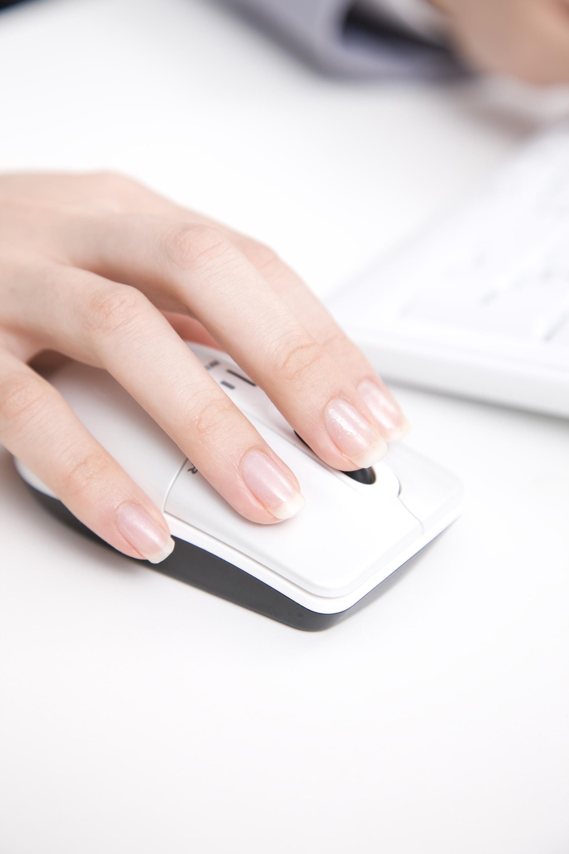 マウスを動かす女性の手