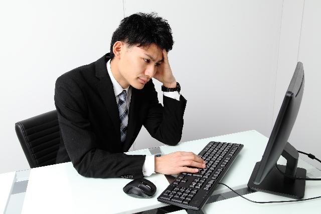 パソコンに悩む男性