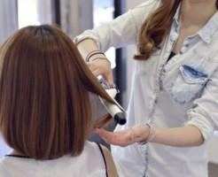 髪の毛を手入れする女性