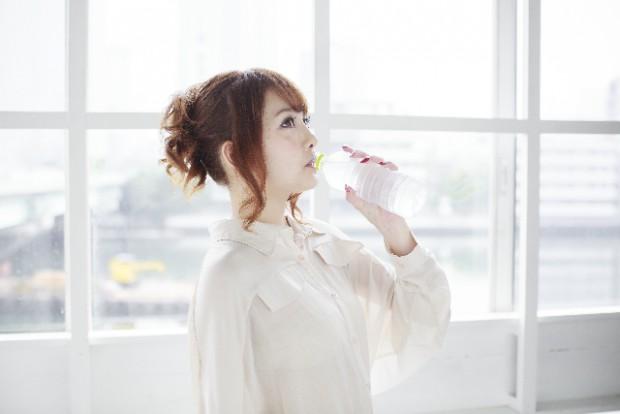 水素水を飲む女性