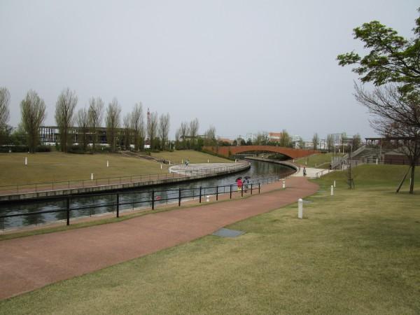 環水公園内で散策する人