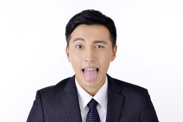 舌を出す男性