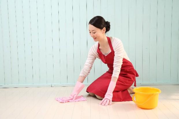 ゴム手袋をして掃除をする女性