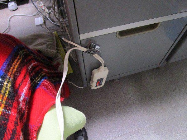 電気ひざ掛けのコントローラーを吊るしている画像