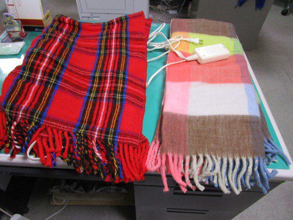 広電ととナカギシの電気ひざ掛け毛布を比べている画像