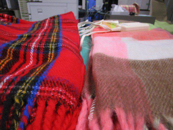 広電ととナカギシの電気ひざ掛け毛布の生地を比べている画像