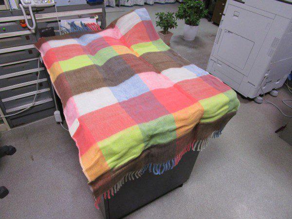 広電の電気ひざ掛け毛布を広げた画像