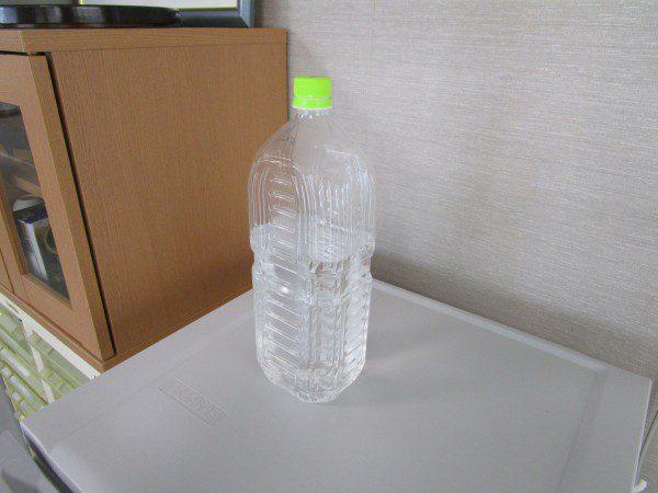 お湯の入ったペットボトル