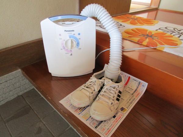 パナソニック製の布団乾燥機で靴を早く乾かしている様子