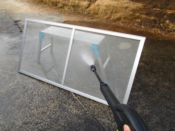 ケルヒャーK2で網戸を掃除している