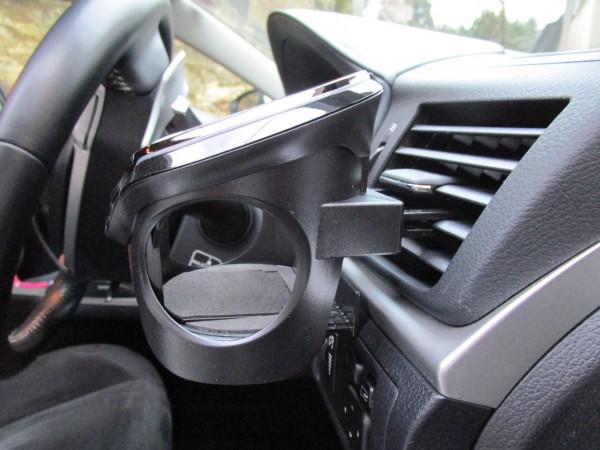 車に取り付けたドリンクホルダーを横から見た画像