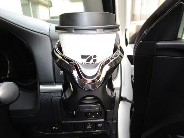 ドリンクホルダーにコーヒーカップを置いた画像