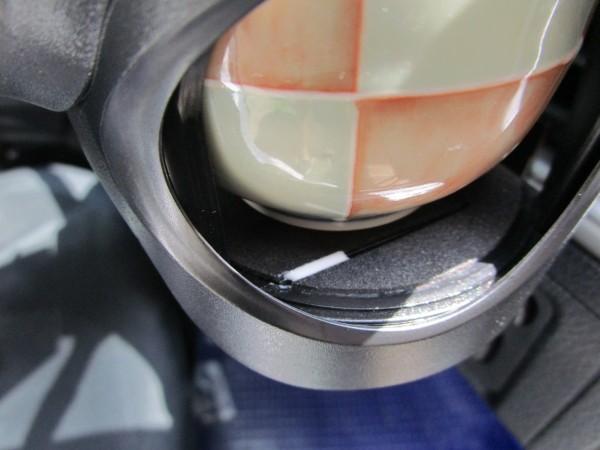 ドリンクホルダーのスイッチ部分を接着剤で固定している画像1